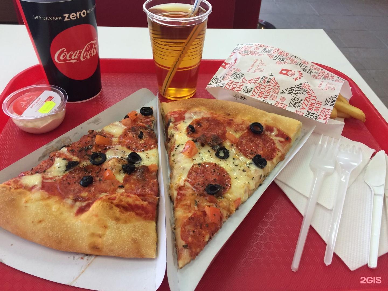 Пицца одно галимое тесто, кесадия с заветренным фаршем, бутылка литровой колы вся заляпана жиром, ну и так и не опробованная картошка фри!!!